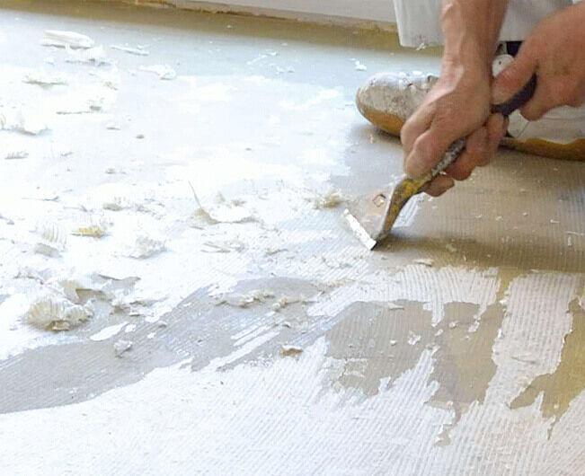 古い床材を剥がします