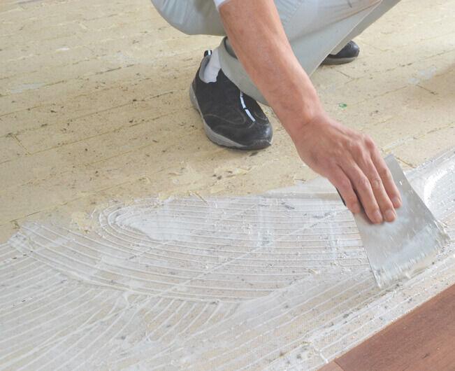 床に接着剤を塗ります