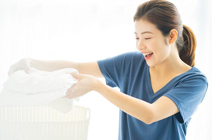 洗濯時、嬉しそうな女性