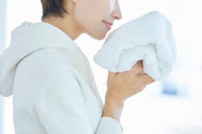 洗濯物の臭いを気にする女性