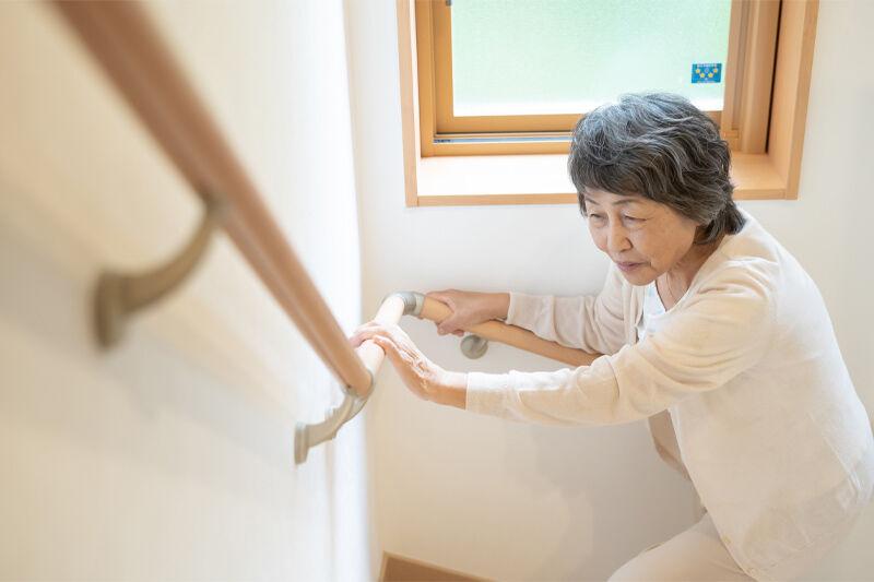 手すりを使って階段を上るお祖母様