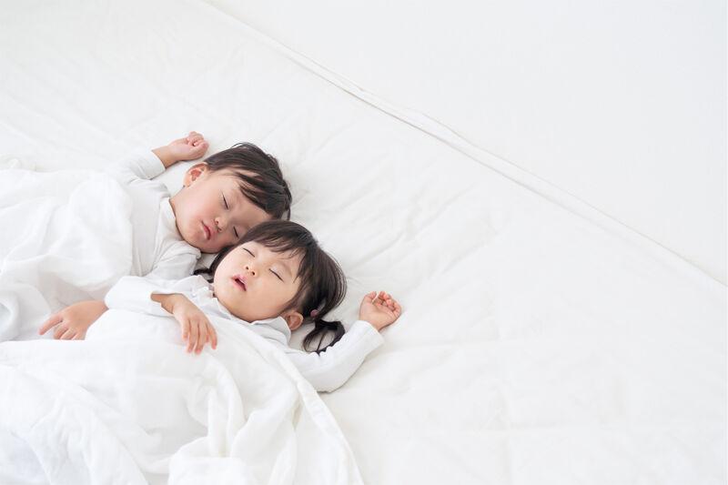 寝ている幼児2人
