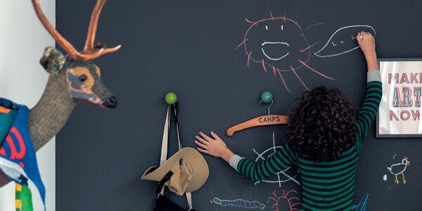 子供が壁に落書きするイメージ