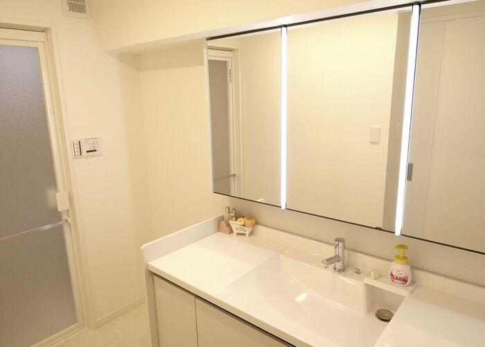 3面鏡の幅が大きいリクシルの洗面化粧台になりました