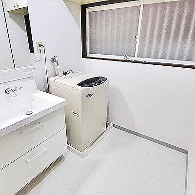 清潔さが感じられる白で統一された洗面所フルリフォーム