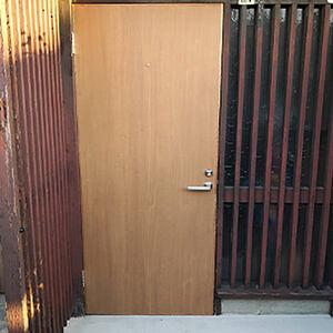 雨の日に開きにくかった玄関のドアを新しいものに交換しました