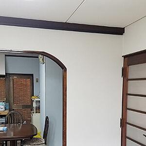 汚れた壁や天井のクロスを張替えるだけで新しい雰囲気に