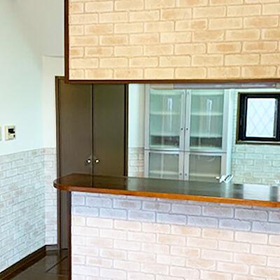 キッチンのクロスをレンガ調に張り替え、カフェのような空間に