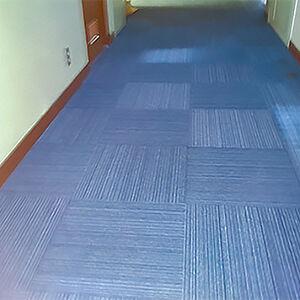 廊下の床を部分張替えが可能なタイルカーペットに張替えました