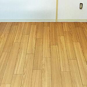 上品な木目で肌触りが心地よいクッションフロアを床に選択