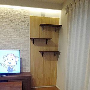 木目調のパネルに棚を取り付けて、おしゃれな収納スペースに