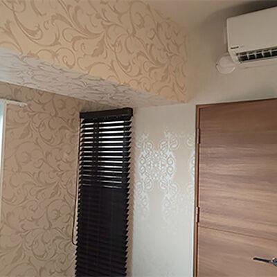 2種類のクロスを組み合わせてエレガントな雰囲気の寝室に