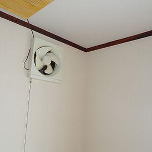 変色や剥がれが目立つお部屋のクロスを新しく張替えました