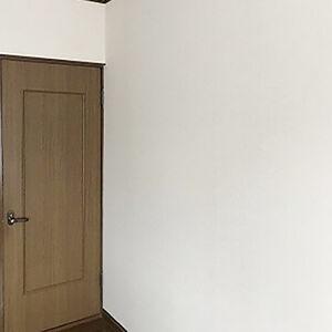 洋室の黄ばみや剥がれが気になる壁紙を新しくしました