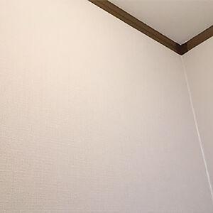 トイレの天井と壁をグレイッシュな織物調のクロスに張替え