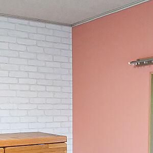 壁にピンクを取り入れて、明るくかわいい雰囲気のお部屋に