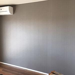 リビングの壁に濃い色味のアクセントクロスを使用しました