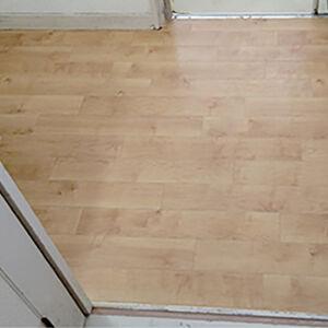 洗面所の床を明るいウッド調のクッションフロアに張替え