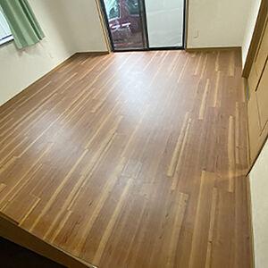 洋室の床材を落ち着いた色味のフロアタイルに張替えました