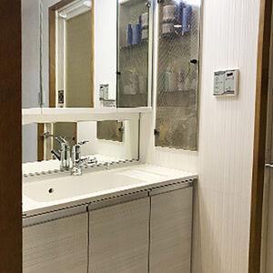 洗面台とクロス張替えのリフォームで、スタイリッシュな空間へ