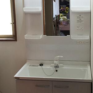 洗面所の洗面化粧台交換とクロス張替えを行いました