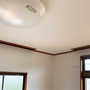 大きくめくれてしまった天井を壁と一緒にクロス張替え