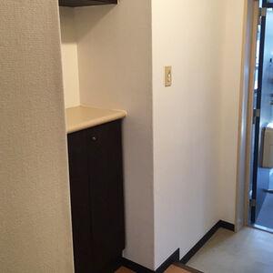 天井と壁のクロス張替えをして清潔感あふれる玄関廊下