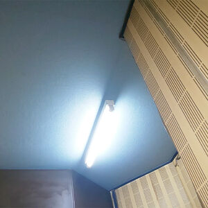 ネイビーのクロスを天井に張って落ち着きのある調理場