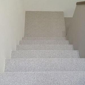 階段と廊下のカーペット張替えで柔らかく滑りにくい足元に