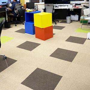 床に3色のタイルカーペットを張り明るい印象の事務所