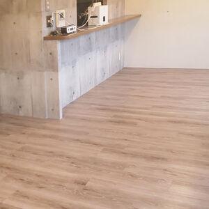 床とクロス張替えでペットがつけた汚れもきれいになりました