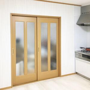白を基調とした木目の長尺シートとクロスでお洒落なキッチン