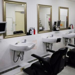 理容室のクロス張替えと鏡設置で店舗のイメージチェンジ