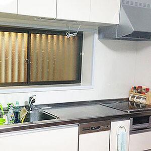 暗いキッチンが高級感が溢れて明るく変貌