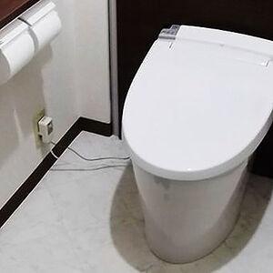 白とのメリハリが美しい高級感あるトイレに変貌