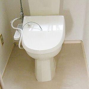 ベージュでまとめたトイレ内装で落ち着いて過ごせる空間