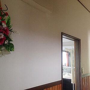 色あせた廊下の壁紙を張替えすっきりした印象に