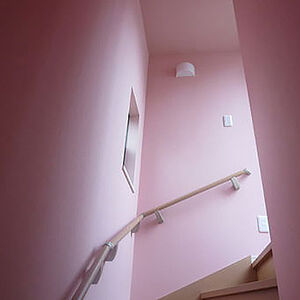 ピンクの抗アレルゲンクロスでリフォーム、可愛く快適な空間へ