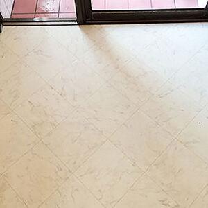 大理石調クッションフロアで穴のあいた床をリフォーム
