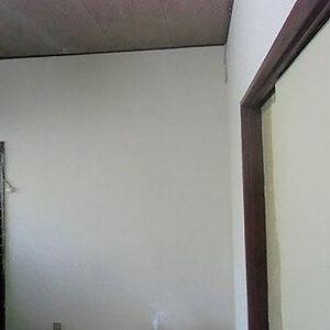 タバコのヤニがあった壁に目立ちにくいベージュ系クロスを選択