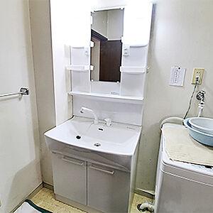 シンプルで清潔感溢れる白色の明るい洗面台に施工