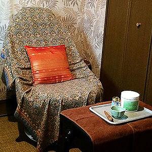南国調の植物クロスとインテリアを使用してリゾートホテルを再現