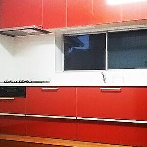 赤いキッチンを採用して鮮やかで高級感が出たキッチン回り