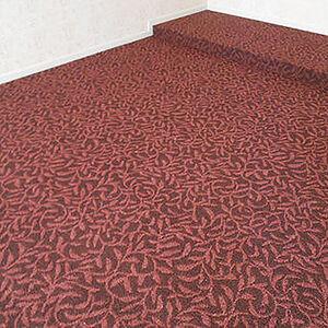 赤いリーフ柄のカーペットで高級感で締まった空間に
