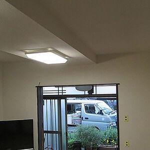居間をクリーム系のシンプルなクロスで明るく一新!