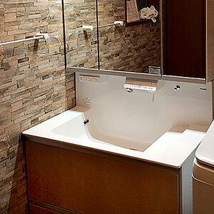 大きな洗面台とシックな印象の内装で落ち着きと快適に仕上がる