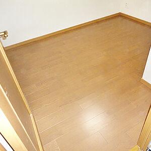 子供部屋の床を子供が安心して横になれるフローリングへ