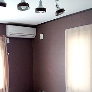 白く物足りなかったお部屋がブラウンの落ち着きある洋室に変貌