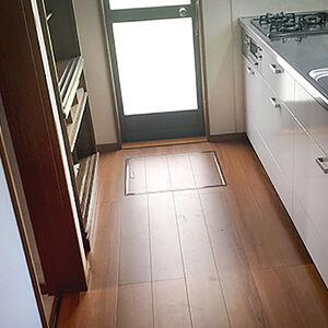 劣化していたキッチンと玄関まわりの内装を交換リフォーム