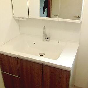 最新の大きな洗面台に交換して新築のような仕上がりに